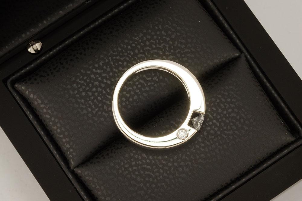 Bague de fiançailles - Solitaire épuré or gris et diamants 4