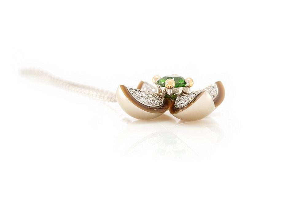 Pendentif Floraison, Or blanc et Jaune, Grenat Démentoïde et Diamants 1