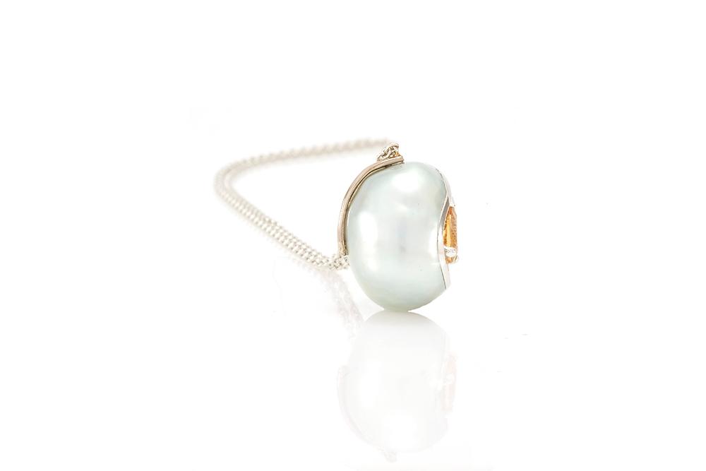 Pendentif Larme, or balnc, perle baroque, diamants et saphir orange 5